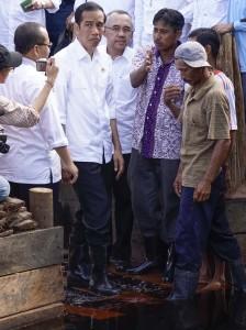 Presiden Jokowi berbincang dengan Abdul Manan inisiator petisi Blusukan Asap di Kanal Sungai Tohor Riau (Dok. Koalisi Blusukan Asap)