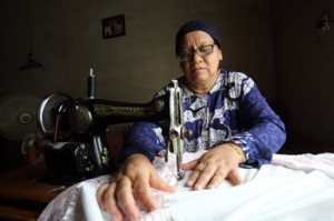 Nurbaiti Menjahit Pakaian Pesanan Tetangganya (Jim Holmes/Oxfam)