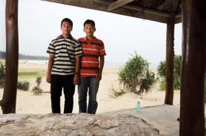 Arie dan Rahmat, berpose bersama setelah 10 tahun lalu mengalami bencan tsunami (Jim Holmes/Oxfam)