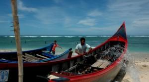 Nelayan tradisional bersiap melaut (kiara.or.id)