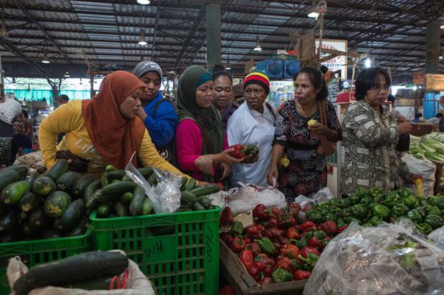Perempuan pejuang pangan mengunjungi pasar tradisional (dok. oxfam)
