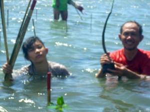 Aziil Anwar bersama anak didiknya menanam mangrove (mangroveonrock.blogspot.com)