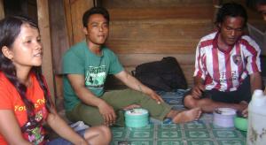 Para buruh tinggal di barak sempit dari kayu dengan makanan sekadarnya (dok. sawit watch)