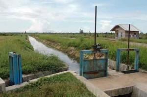 Salah satu model irigasi sederhana yang dibangun Kementerian PU (pustakka.pu.go.id)