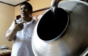 Made menunjukkan salah satu mesin pencampur cokelat dengan makanan lain seperti kacang atau popcorn (Dok. Villagerspost.com)