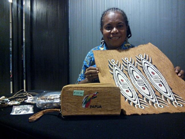 Agusta Kopauwe menunjukkan hasil kerajinan produksi kaum perempuan Papua (dok. villagerspost.com/M. Agung Riyadi)