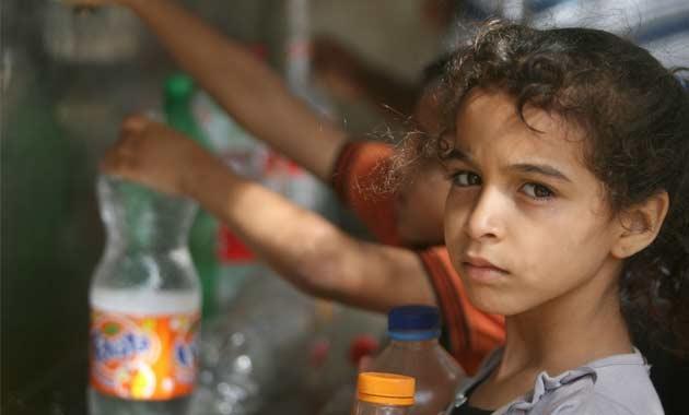 Anak-anak di Gaza antre air minum. Kemiskinan di Afrika bisa dihapuskan jika perusahaan negara G7 tak melakukan kecurangan pajak (dok. oxfam)