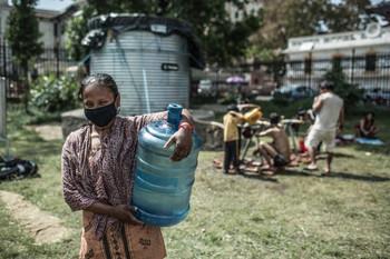 Korban gempa Nepal mengambil air bersih (dok. oxfam)