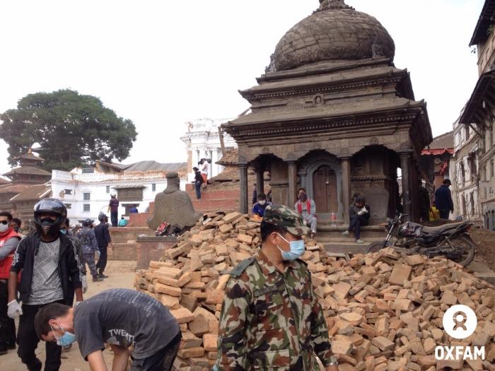 Reruntuhan bangunan akibat gempa Nepal di Durbar Square (dok. oxfam/Sharbendu De)