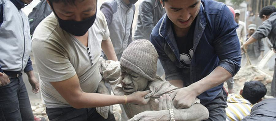 Korban gempa Nepal diangkat dari reruntuhan (dok. oxfam)