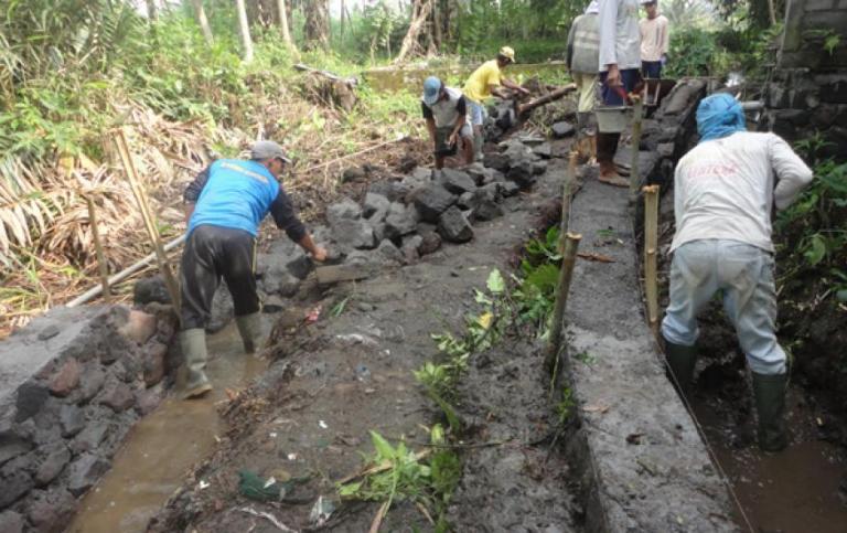 Masyarakat desa membangun saluran irigasi. pemerintah mencoba mengkopi semangat gerakan saemaul unding Korea Selatan untuk bangun desa (dok. dukun magelang.org)