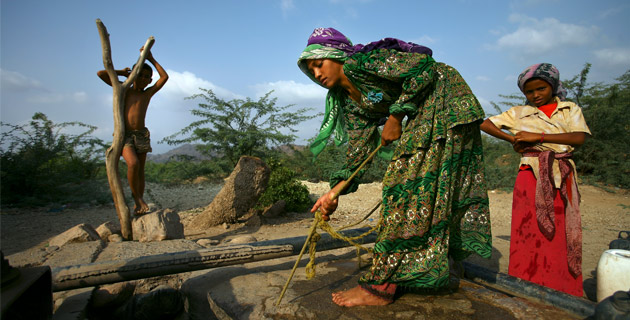 Perempuan Yaman bekerja mengambil air bersih (dok. oxfam.org.au)