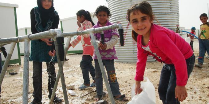 Anak-anak di Suriah mengangkut air bersih. (dok. oxfam.org)