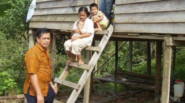 Anggota DPRD Kalimantan Timut kunjungi desa perbatasan. Pemerintah akan membuat desa perbatasan bersaing dengan desa negara tetangga (do. dprd-kaltimprov.go.id)