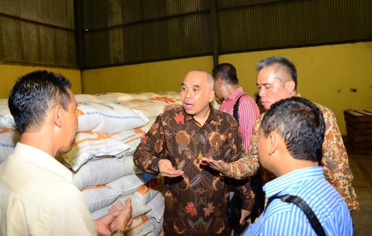 Wakil Ketua Komisi VI Heri Gunawan meninjau stok gula di gudang Bulog. Komisi VI gulirkan wacana pembentukan Panja Gula untuk menyelidiki validitas neraca gula nasional (dok. dpr.go.id)