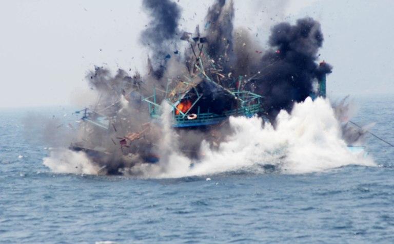 Kapal asing diledakkan aparat Kementerian Kelautan dan Perikanan. Pihak KKP setahun ini tangani 94 kasus pidana perikanan (dok. kkp.go.id)