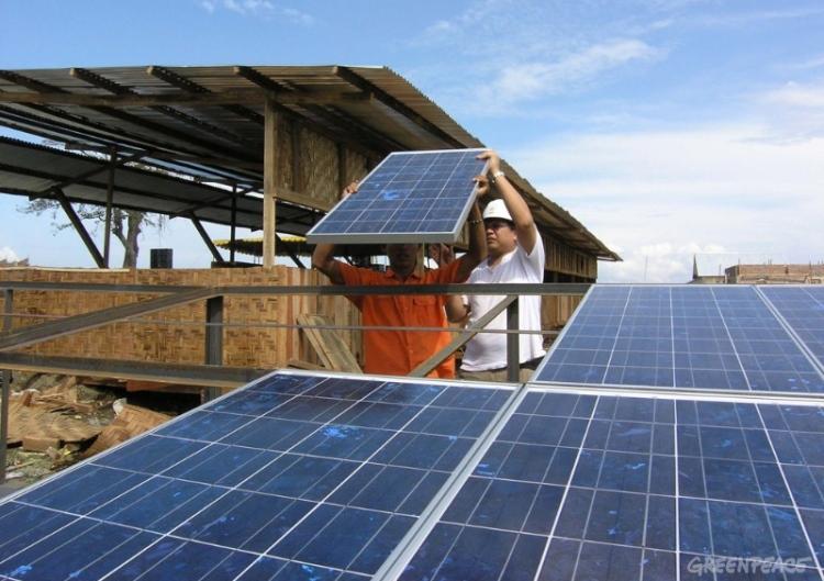 Pemasangan panel surya. Pemerintah didesak gunakan energi terbarukan untuk solusi krisis iklim (dok. greenpeace)