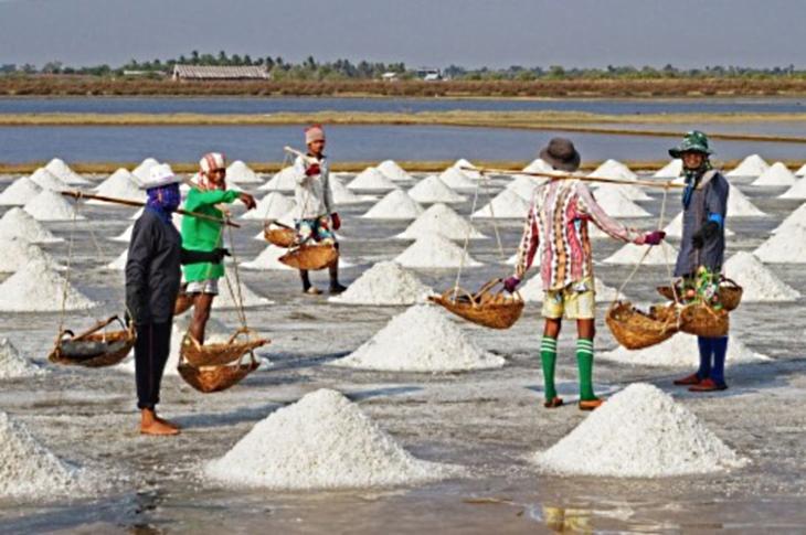 Petani garam di Jawa Timur (dok. bappeda.jatimprov.go.id)
