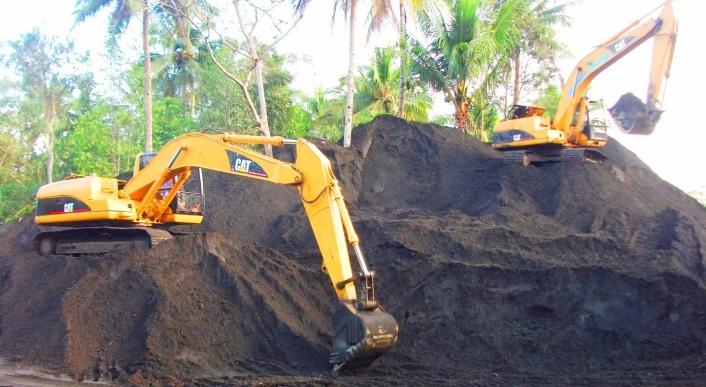 Tambang pasir besi di Lumajang, Jawa Timur. Polisi diminta ungkap dalang pembunuhan Salim Kancil dan penganiaya Tosan terkait konflik tambang ini. (dok. ironsandlumajang.blogspot.com)