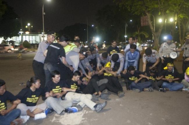 Polisi membubarkan paksa para aktivis dan warga Batang penentang PLTU Batang yang masih bertahan di depan istana kepresidenan (dok. greenpeace)