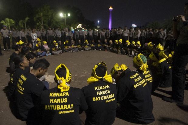 Warga Batang dan aktivis penentng PLTU Batang mempertahankan aksi damai hingga lewat petang hari. Mereka menuntut Presiden Jokowi menyelamatkan warga Batang dari ancaman PLTU Batubara (dok. greenpeace)