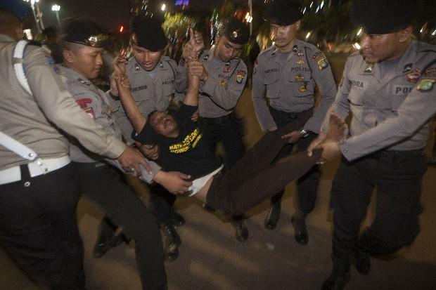 Warga Batang yang turut dalam aksi damai menentang PLTU Batang juga ikut ditangkap polisi (dok. greenpeace)