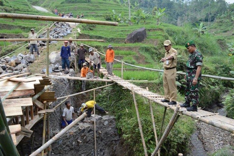 Pembangunan jembatan desa untuk tingkatkan perekonomian desa (dok. karanganyarkab.go.id)
