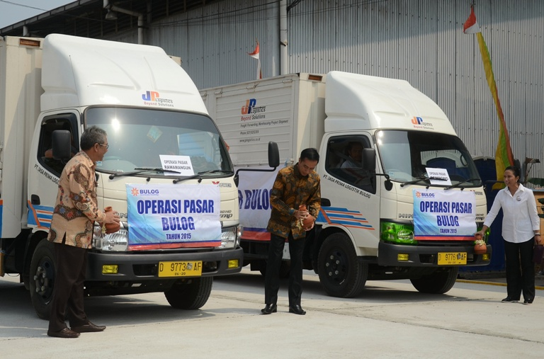 Presiden Joko Widodo melepas armada operasi pasar untuk kendalikan harga (dok. setkab.go.id)