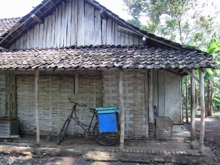 Rumah penduduk miskin di pedesaan. Kemendesa luncurkan program PKKPM entaskan kemiskinan di desa (dok. batangkab.go.id)