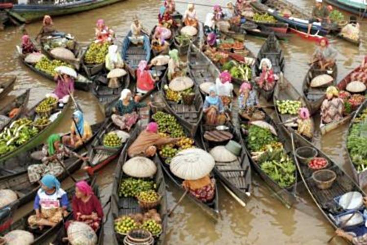 Pasar terapung, salah satu pusat pergerakan ekonomi desa (dok. edesa.id)