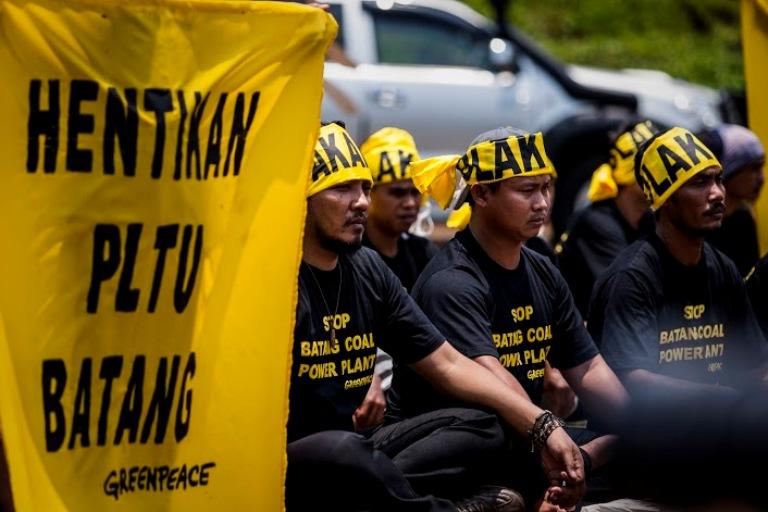 Aksi warga Batang dan para aktivis mendesak Presiden Jokowi selamatkan Indonesia dari ancaman PLTU batubara (dok. greenpeace)