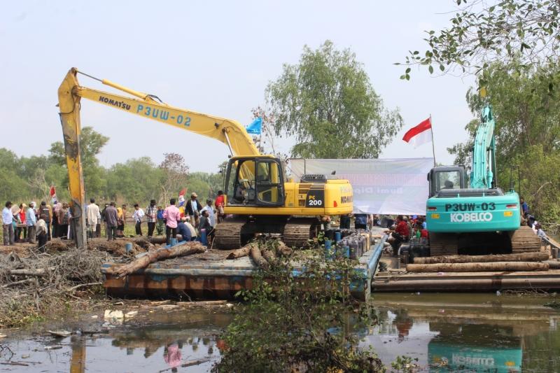 Prosesi doa di atas ponton excavator menandai dimulainya proyek revitalisasi mandiri Dipasena (dok. p3uw rawajitu)
