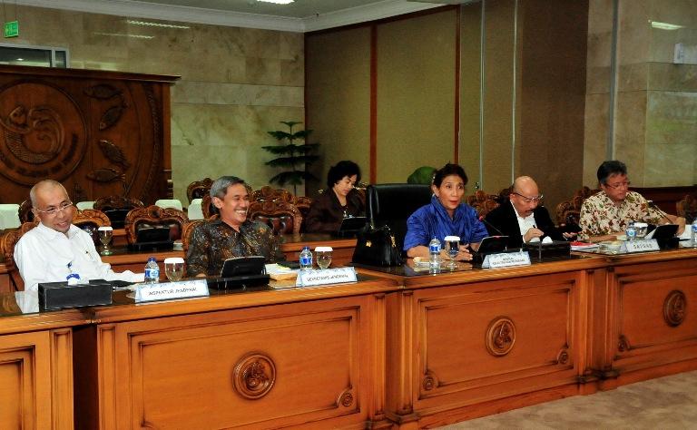 Menteri Kelautan dan Perikanan Susi Pudjiastuti membahas masalah perbudakan ABK (dok. kkp.go.id)