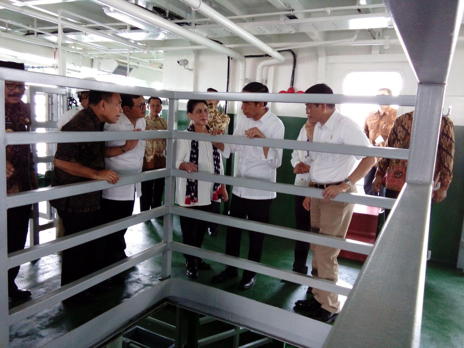 Presiden Joko Widodo bersama Menteri Perhubungan Ignasius Jonan meresmikan kapal pengankut ternak (dok. setkab.go.id)