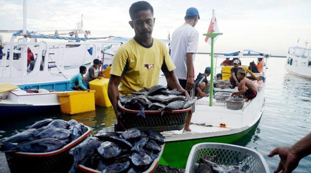 Nelayan dengan ikan hasil tangkapannya. (dok. kiara)