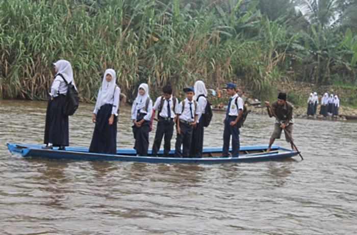 Perahu kayu transportasi di desa tertinggal (dok. madina.go.id)