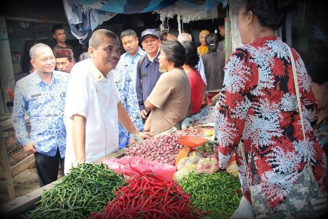Bupati Asahan mengecek harga-harga bahan kebutuhan pokok di pasar tradisional (asahankab.go.id)