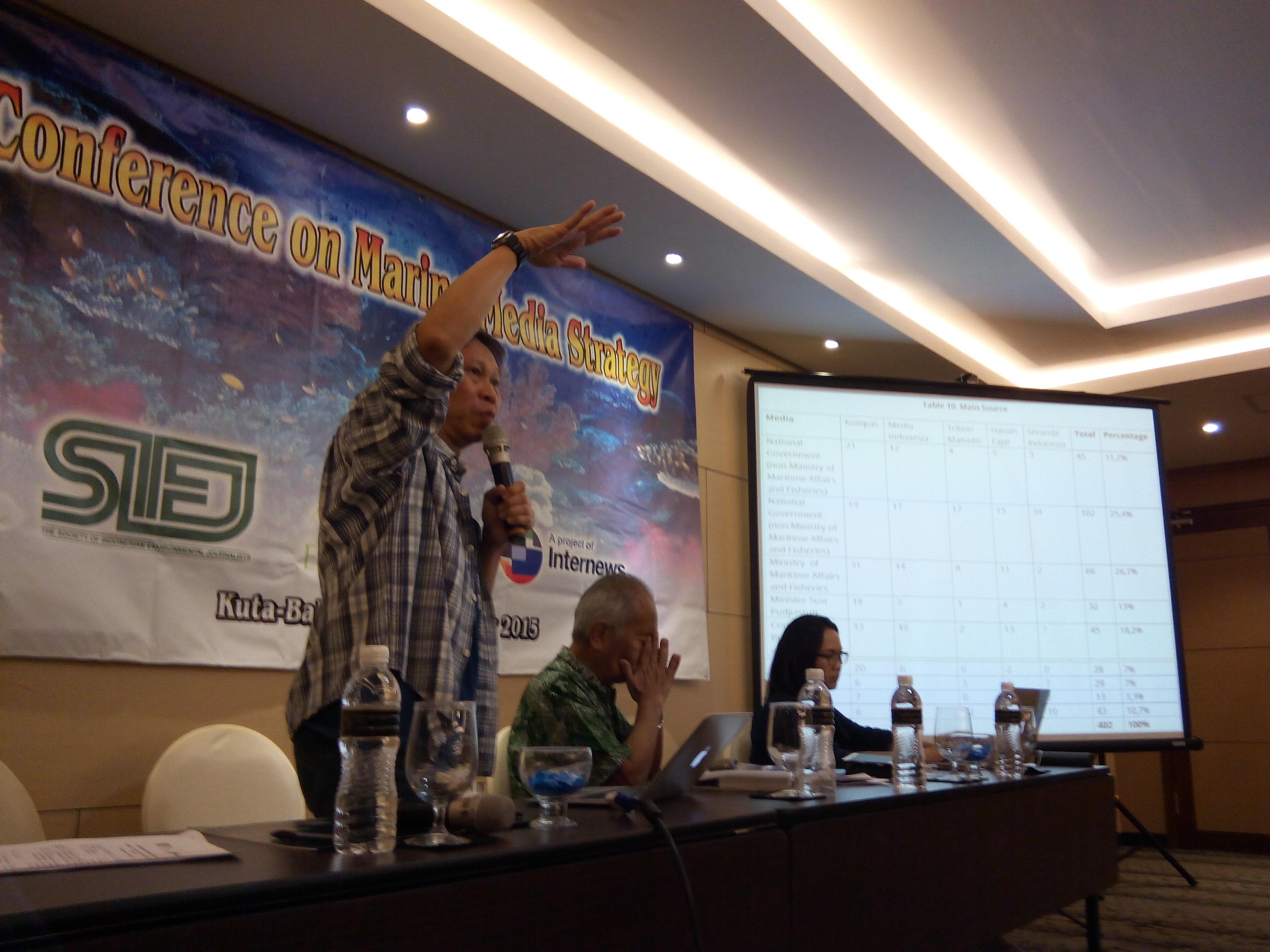 Direktur Society of Indonesian Science Journalist (SISJ) mempresentasikan hasil penelitian terkait perhatian media di Indonesia atas isu kelautan dan perikanan (dok. villagerspost.com)