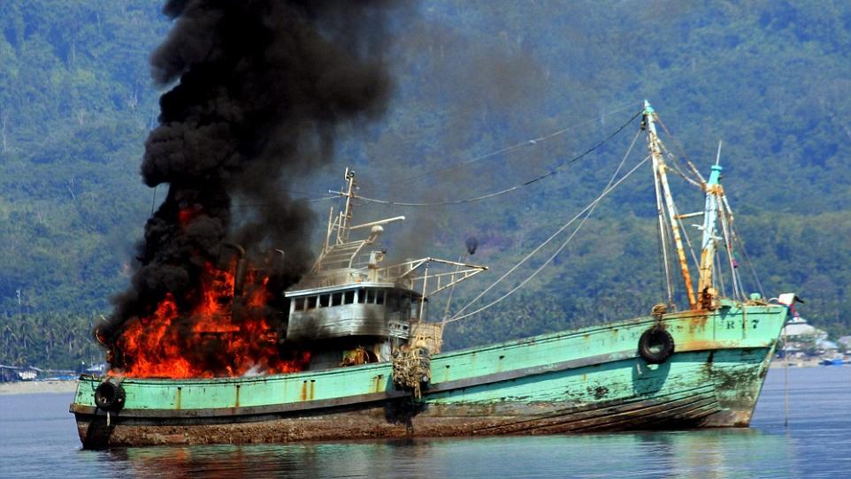 Kapal asing dibom aparat keamanan. Satgas Iillegal Fishing akan perketat operasi di perbatasan (dok. kkp.go.id)