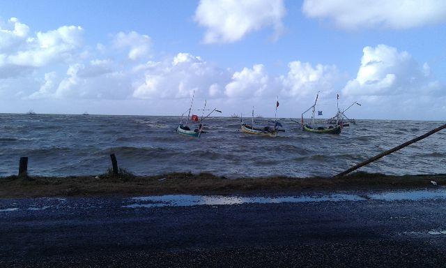 nelayan melaut di tengah ombak tinggi. Tahun depan pemerintah luncurkan asuransi nelayan (dok. kkp.go.id)