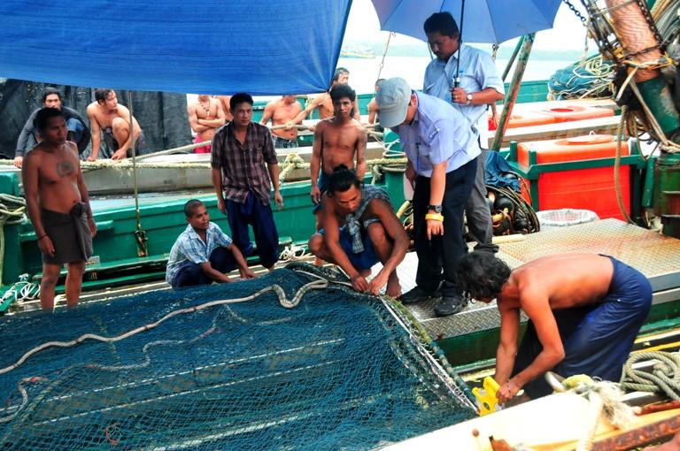 Para anak buah kapal (ABK) di Benjina. KKP akan menindak pelaku pelanggaran hak asasi manusia (HAM) di laut (dok. kkp.go.id)