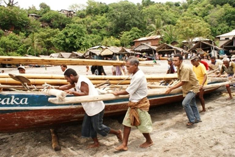 Nelayan tradisional NTT bersiap melaut. KIARA menduga ada motif mengail dana karbon biru dibalik kebijakan konservasi zona 0-4 mil. Kebijakan itu akan merugikan nelayan tradisional (dok. kiara.or.id)