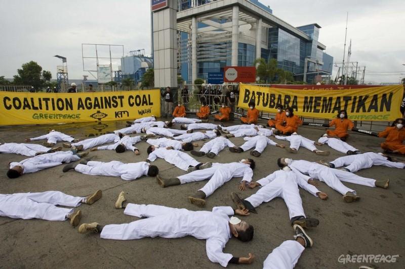 Aktivis Greenpeace menentang operasi PLTU batubara di Cilacap, Jawa Tengah (dok. greenpeace)
