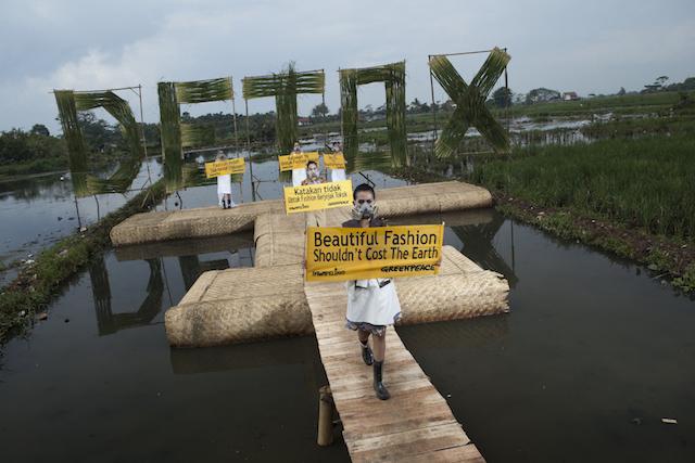 Aksi Greenpeace menentang pencemaran sungai di Jawa Barat oleh pabrik tekstil dalam kampanye Detox (dok. greenpeace)