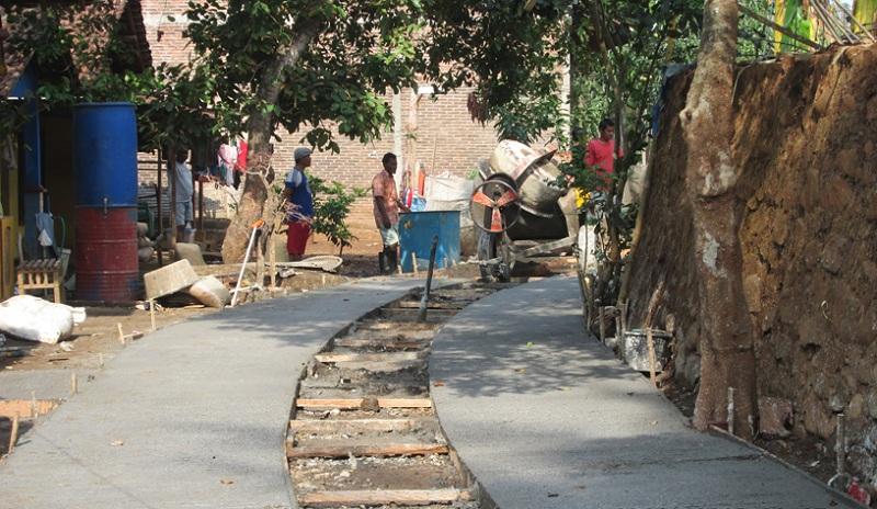 Pembangunan jalan desa untuk meningkatkan konektivitas desa (jeparakab.go.id)