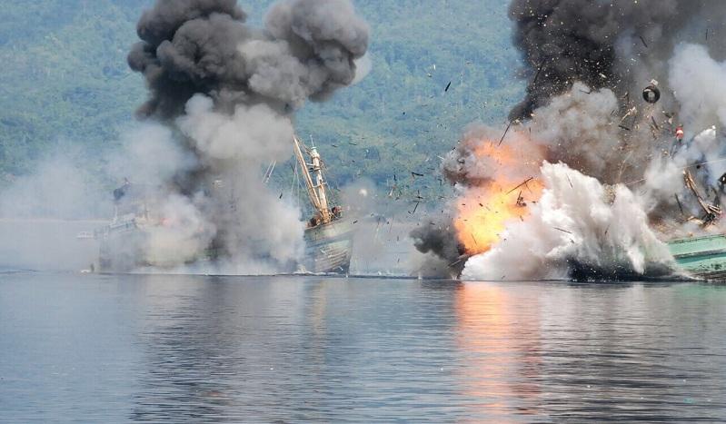 Kapal-kapal asing pencuri ikan ditenggelamkan aparat KKP dan TNI AL (dok. setkab.go.id)