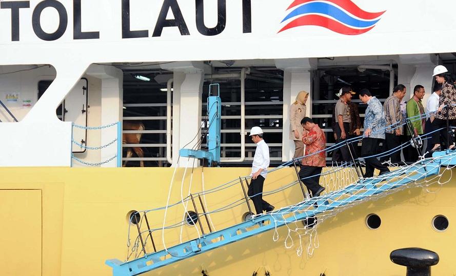 Presiden Joko Widodo usai meninjau kapal pengangkut sapi yang baru tiba dari NTT. Jokowi berharap harga daging sapi normal (dok. setkab.go.id)
