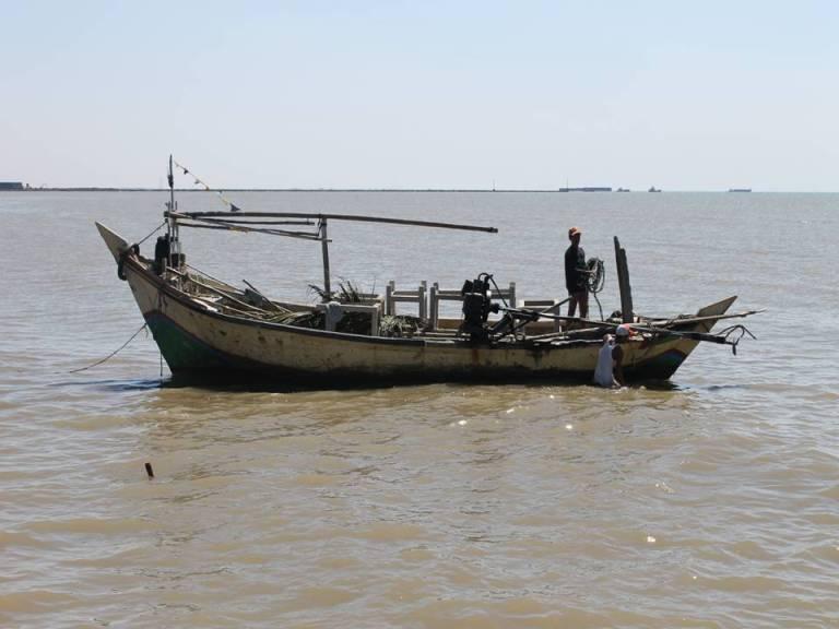 Nelayan menangkap ikan dengan alat pancing ramah lingkungan (dok. kkp.go.id)