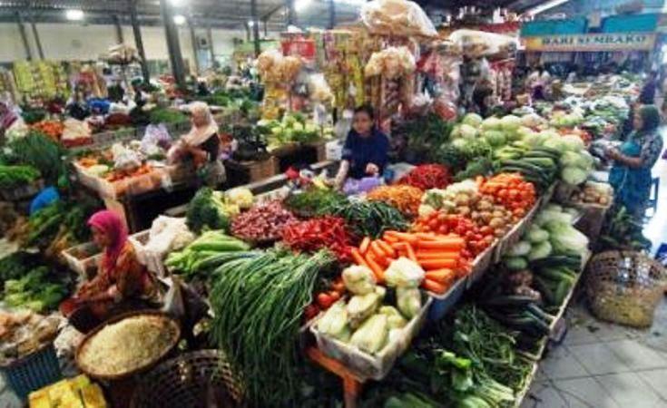 Pedagang berjualan bahan pangan di pasar (dok. sumabprov.go.id)