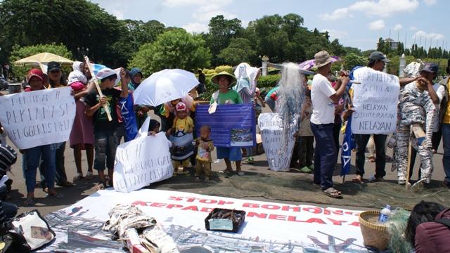 Perempuan nelayan ikut beraksi memperjuangkan kesejahteraan nelayan (dok. kiara)